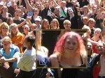 Famosos en la multitud